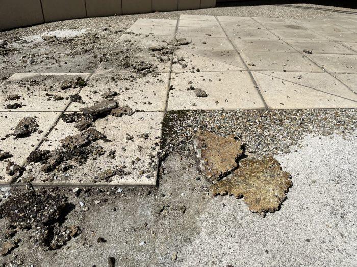 剥がれた砂利の床